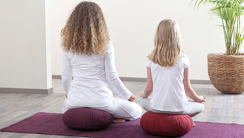 2 Frauen praktizieren Yoga