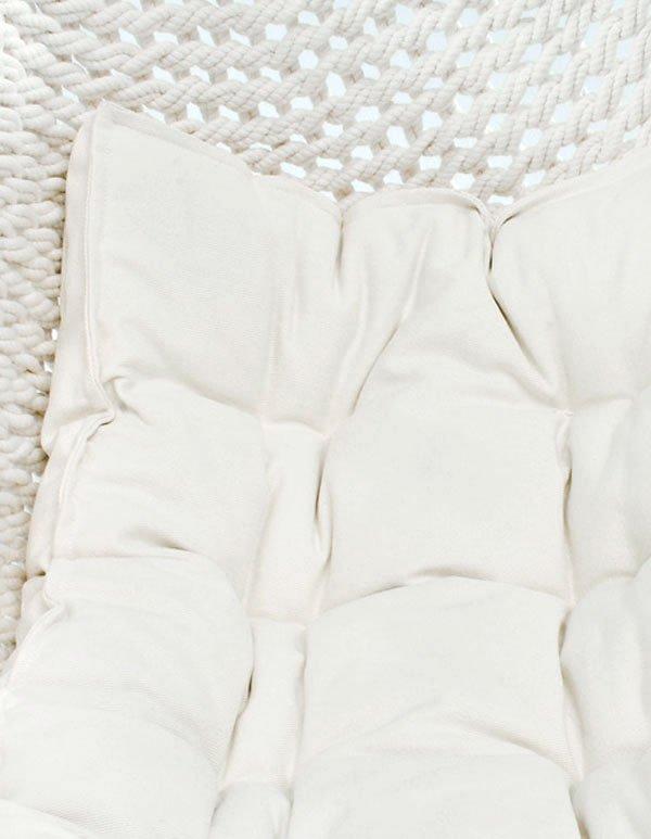 Eine Babymatratze liegt im Netz des Traumschwingers